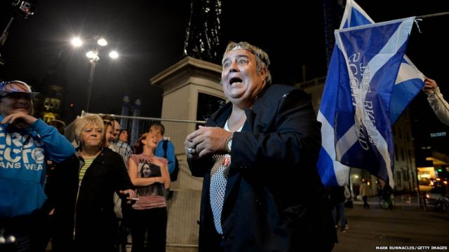 Một số gương mặt quen thuộc cũng xuất hiện trong đám đông, trong đó có người đàn ông này mặc giống nhân vật Rab C Nesbitt trong một serie phim hài của Scotland.
