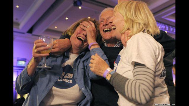 Những người ủng hộ ở lại ăn mừng ở Glasgow sau khi kết quả đã rõ ràng hơn.