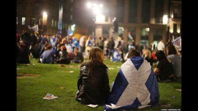 """Phó thủ hiến thứ nhất của Scotland, Nicola Sturgeon nói với BBC rằng kết quả cho thấy """"sự thất vọng sâu sắc riêng tư và cũng như về chính trị"""" nhưng tranh luận rằng """"đất nước đã thay đổi mãi mãi""""."""