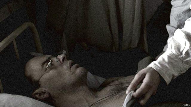 Soldado en cama de hospital