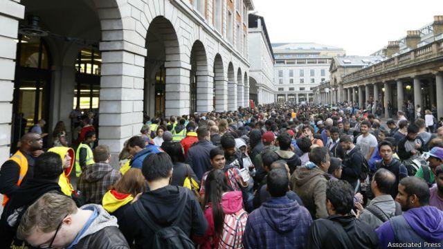 Una multitud hace fila para comprar el iPhone6 frente a la tienda de Apple en Covent Garden, en Londres.