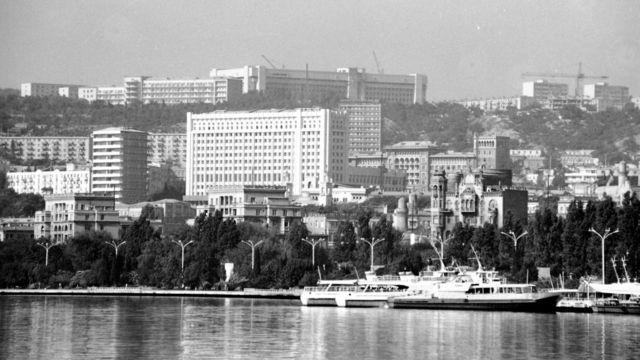 باکو په ۱۹۸۶ کې، که څه هم اذربایجان د تېلو له برکته مشهور شوی او اقتصاد یې ښه شوی، خو په درو حیاتي برخو کې لاهم وروسته پاتې دی: په ټولنیز ژوند ښه کولو، ټولنیزه پالیسي او حکومت والۍ او دیموکراسي دودولو کې.