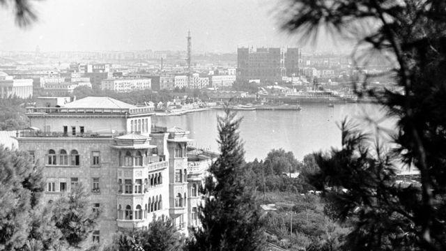 د اذربایجان پلازمېنه باکو په ۹۰ لسیزه کې. شل کاله وړاندې، د سپتمبر پر ۲۰، اذربایجان او د تېلو ۱۱ نورو شرکتونو اتحادیې یو داسې ګډ تړون لاسلیک کړ، چې له مخې یې د تېلو لویه کچه تولېدېدله. ټول تور او سپین او رنګه انځورونه د آذربایجان د حکومتي آرشیف دي.