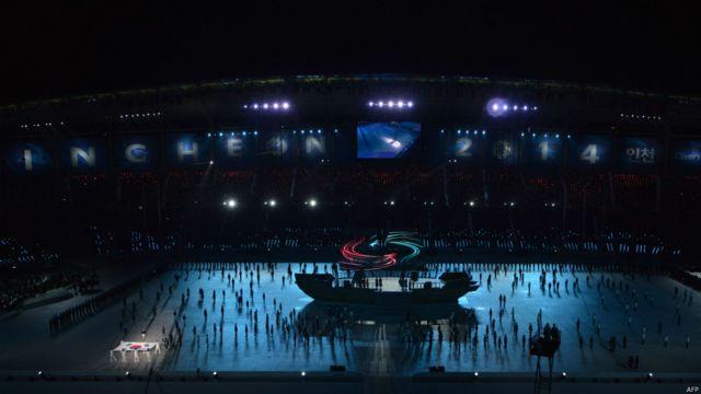 بخشی از مراسم افتتاحیه با حضور نمایندگان کشورها روی یک کشتی نمادین همراه بود