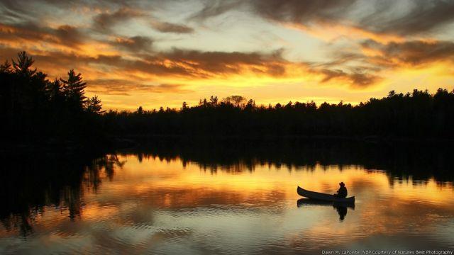 Un hombre en una canoa en Boundary Waters Canoe Area Wilderness, Minessota. Imagen de Dawn M. LaPointe, cortesía de Nature's Best Photography