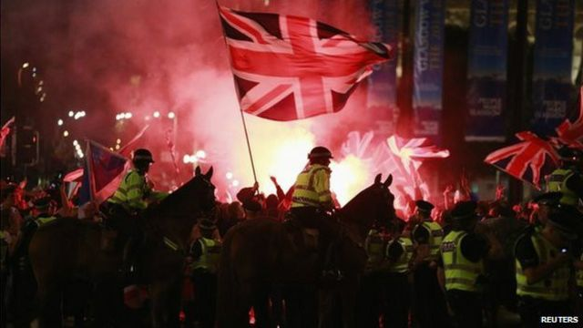 Los disturbios comenzaron con las bengalas.