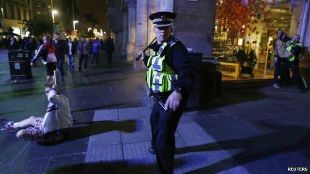 Polícia separa confronto / Crédito: Reuters