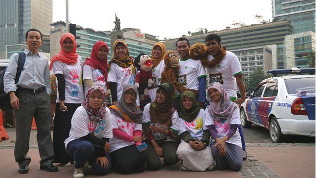 Nguyễn Hùng (đứng ngoài cùng bên trái) gặp các tình nguyện viên Indonesia