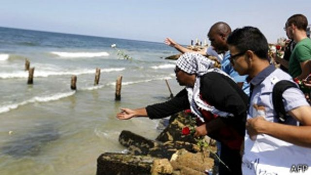 Palestinos lanzan flores al mar por los migrantes fallecidos