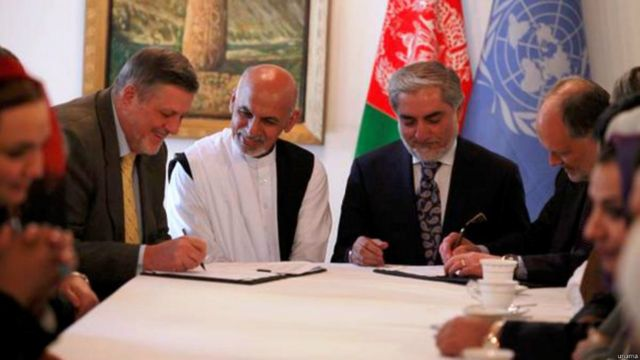 سند موافقتنامه تشکیل دولت وحدت ملی از سوی نماینده سازمان ملل در افغانستان و سفیر آمریکا در این کشور نیز امضا شد.