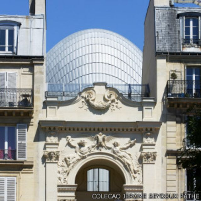 Fachada do prédio também é um tesouro: uma obra original de Rodin