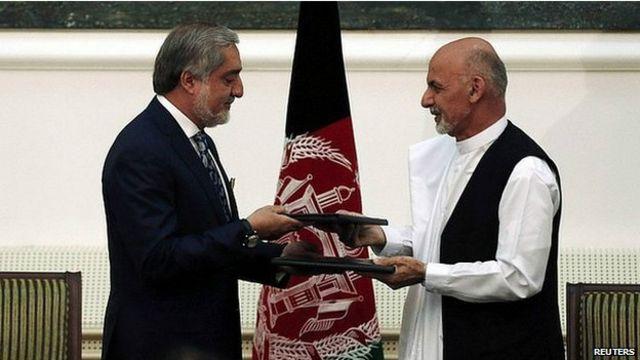 Kesepakatan itu mengakhiri sengketa pilpres Afghanistan antara Abdullah (kiri) dan Ghani (kanan).