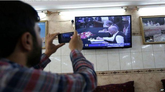 KRakyat Afghan mengikuti penandatangan itu lewat siaran langsung televisi.