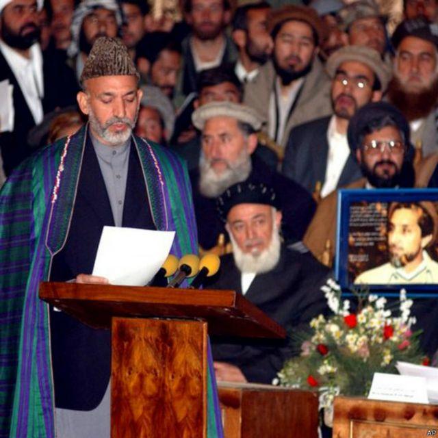 حامد کرزی در بیست و دوم دسامبر ۲۰۰۱ مراسم سوگند را در حضور چهرههای جهادی و سیاست مداران افغان در کابل به جا آورد. برهانالدین ربانی رئیس جمهوری سابق که پس از طالبان قدرت را در اختیار داشت به آقای کرزی سپرد و این نخستین انتقال قدرت صلح آمیز در تاریخ افغانستان ثبت شد.