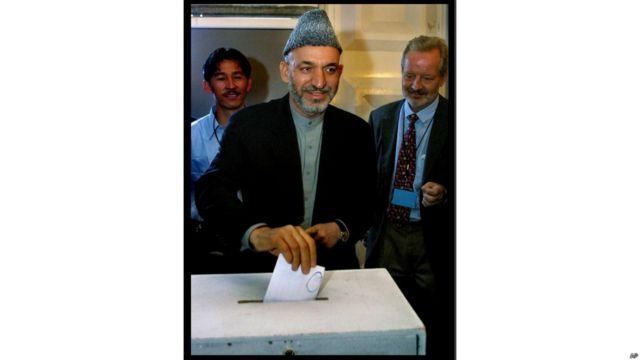 او یک سال بعد در لویه جرگه اضطراری که به ایجاد حکومت موقت منتج شد شرکت کرد و رای داد. در این جرگه آقای کرزی به عنوان رئیس حکومت انتقالی معرفی شد.