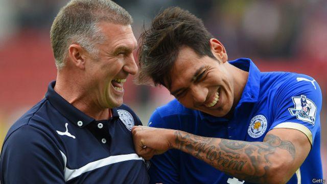 La alegría del técnico de Leicester City, Nigel Pearson, y Leonardo Ulloa tras la histórica victoria sobre Manchester United.