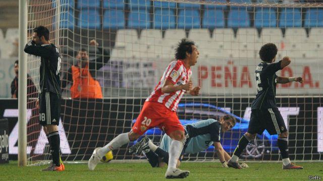 Fue en España donde Leonardo Ulloa consolidó su carrera en el fútbol. En la foto celebra tras marcar por el Almería al Real Madrid.