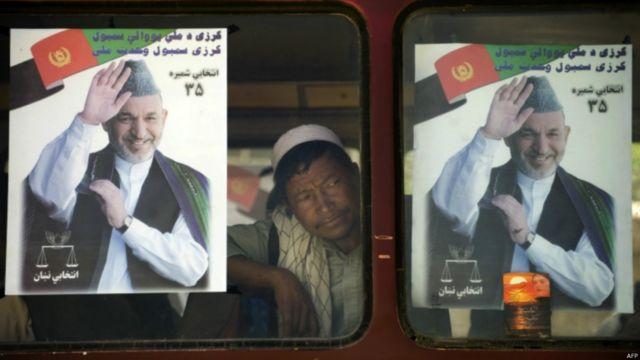 در پایان یک دور ریاست جمهوری انتخابی، آقای کرزی فرصت داشت که بار دیگر خود را نامزد کند. او در انتخابات سال ۲۰۰۹ کمپین وسیع کرد و پس از یک دور جنجالی شمارش آرا به عنوان رئیس جمهوری افغانستان معرفی شد.