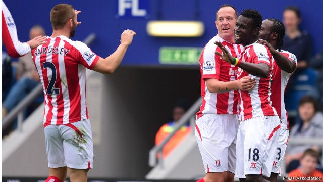 Mame Biram Diouf (droite) de Stoke City célèbre le premier but avec son co-équipier Phillip Bardsley (gauche) lors du match de 1ère Ligue le 20 septembre à Londres