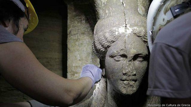 Detalle del rostro de una mujer de piedra