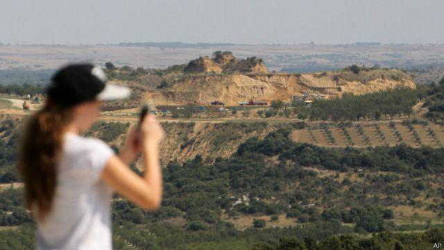 Turista hace una foto del sitio arqueológico de Anfípolis