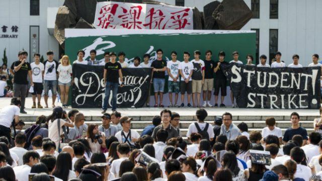 """香港高校学生在中文大学""""百万大道""""参与罢课集会(22/9/2014)"""