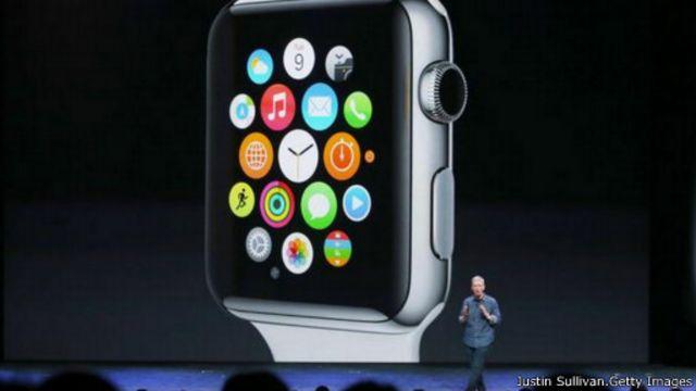 تيم كوك، المدير التنفيذي لشركة آبل، يستعرض مميزات ساعة آبل ووتش الذكية.