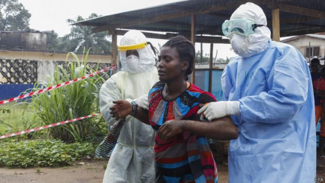Mulher com suspeita de ebola na Libéria (foto: Epa)
