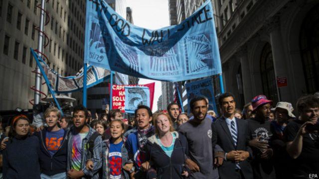 大約3000人參加了周一在華爾街進行的抗議活動。