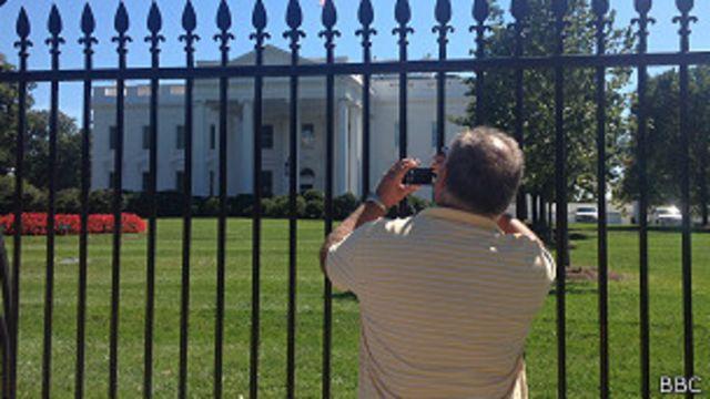 turista en frente de la Casa Blanca