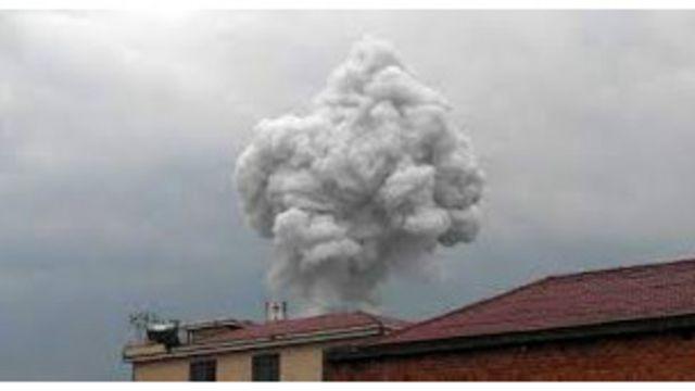 爆炸现场升起浓烟 (新华社图)