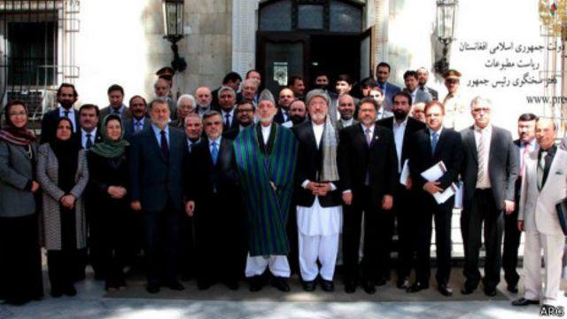 عکس یادگاری حامد کرزی با اعضای کابینه