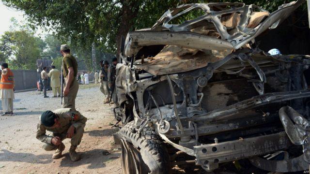 پشاور میں صدر کے مصروف علاقے میں منگل کی صبح ہونے والے دھماکے میں تین افراد ہلاک اور 14 زخمی ہوئے۔