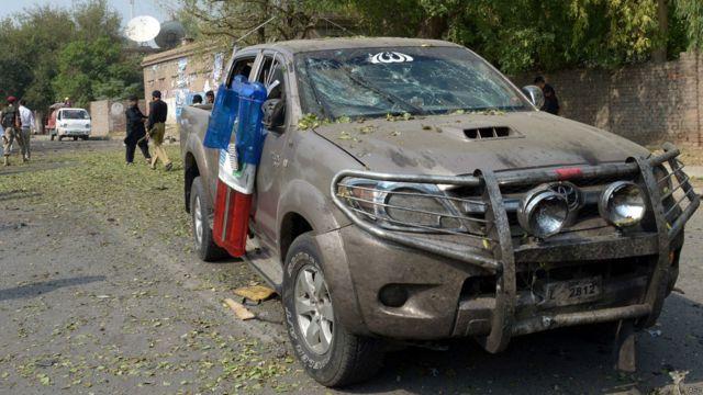 اس کار بم حملے میں پاکستانی فوج کی فرنٹیئر کور کے افسر کے قافلے کو نشانہ بنایا گیا۔