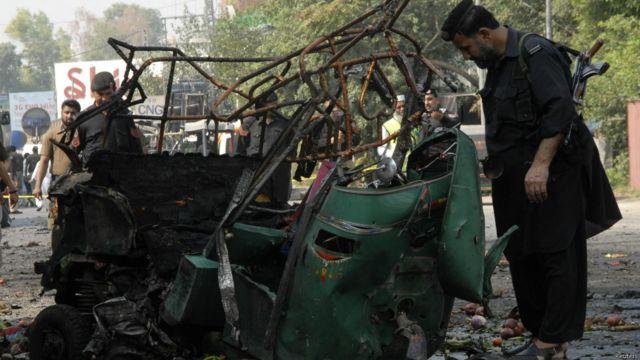 اس دھماکے میں ایک رکشہ بھی بری طرح تباہ ہوا۔