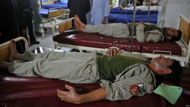 دھماکے میں زخمی ہونے والے ایف سی اہلکاروں کو کمبائنڈ ملٹری ہسپتال لے جایا گیا۔