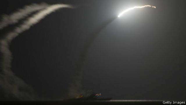 إطلاق صاروخ  كروز توماهوك من على سفينة حربية امريكية في الخليج العربي