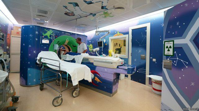 Sala de diagnóstico infantil do Hospital Sant Joan de Déu de Barcelona, decorada como uma nave espacial