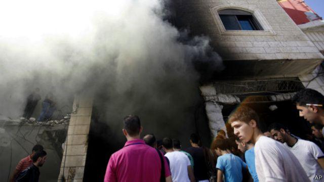 فلسطينيون بالخليل يتفقدون مكان مقتل فلسطينيين قالت إسرائيل إنهما دبرا قتل 3 مستوطنين.