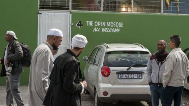 مسجد گزشتہ جمعہ مقامی مسلم کمیونٹی کی تنقید کے باوجود گزشتہ جمعہ کو کھولی گئی تھی