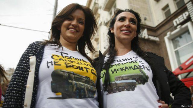 Ativistas usam camisetas pró-Krenmlin (foto: Reuters)