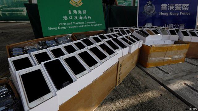 香港海关与水警展示截获的走私苹果iPhone 6(21/9/2014)