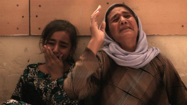 دولت اسلامیہ کے قبضے میں رہنے والی دو لڑکیوں کی والدہ ماتم کر رہی ہیں