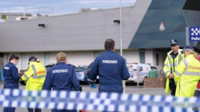 أطلق شرطي أسترالي النار على الشاب بعد طعنه شرطيين.