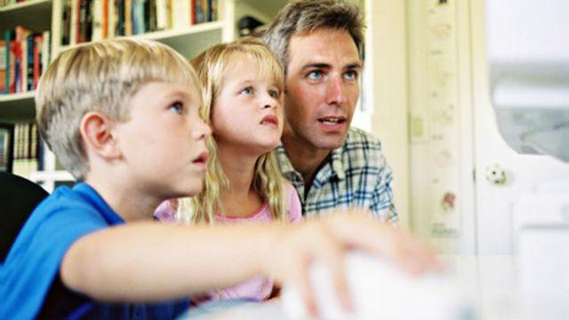 研究发现影响孩子在校学习成绩的最重要因素是父亲的受教育程度。