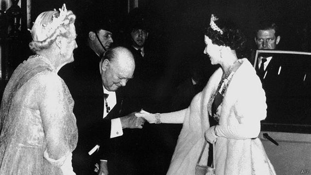 Елизавета II и Уинстон Черчилль в 1955г.