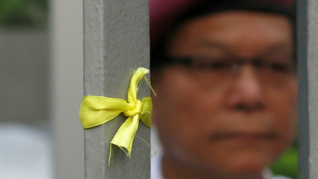 游行人士绑在香港特首办外的黄丝带(BBC中文网记者叶靖斯摄24/9/2014)