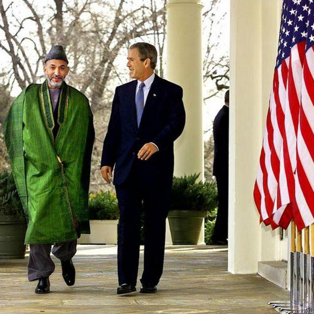 آقای کرزی در نخستین سفر خود به عنوان رئیس اداره موقت افغانستان به آمریکا در حال قدم زدن با جورج بوش رئیس جمهوری سابق آمریکا در کاخ سفید، این سفر در اواخر ژانویه ۲۰۰۲