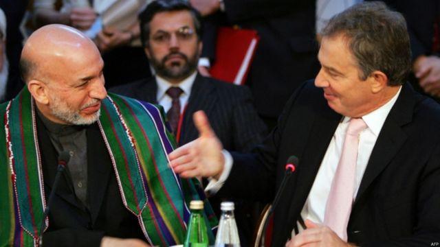 آقای کرزی در ژانویه ۲۰۰۶ در اجلاس لندن برای افغانستان شرکت کرد. او در این عکس با تونی بلیر نخست وزیر بریتانیا که از تعهد کشور خود برای مبارزه با قاچاق مواد مخدر و تروریسم در افغانستان سخن گفت، دست میدهد.