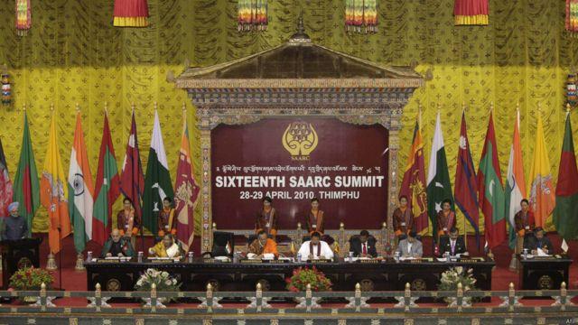 حامد کرزی روابط خود را در سالهای حکومتش با سران کشورهای آسیای جنوبی و آسیای مرکزی تقویت کرد. او در شانزدهمین اجلاس کشورهای عضو سارک در آوریل ۲۰۱۰ با (از چپ به راست) مان موهان سینگ نخست وزیر هند، شیخ حسینا نخست وزیر بنگلادیش، جگمی تنلی نخست وزیر بوتان، ماهیندا راجپاکسا رئیس جمهوری سریلانکا، محمد نشید نخست وزیر مالدیو، مادو کومار نخست وزیر نپال، یوسف رضا گیلانی نخست وزیر پاکستان و دبیرکل سارک دیدار کرد.